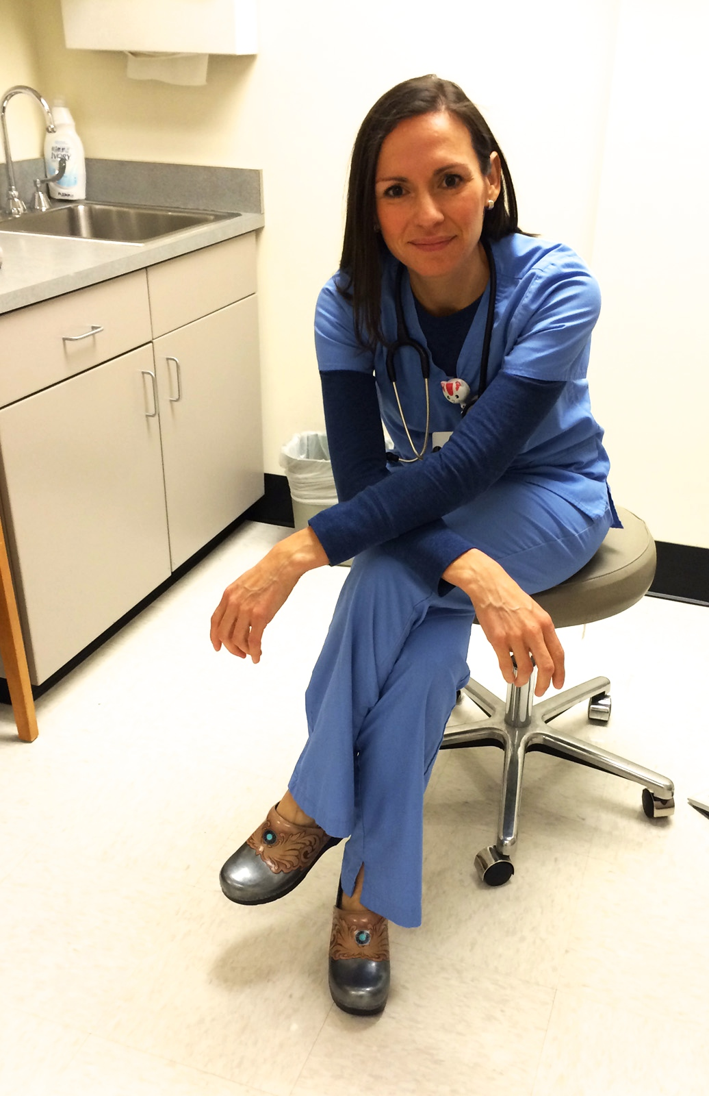 What Shoes Do Nurses Wear? Finding a right pair of shoes for nurse seems not to be an easy task. This is also not too difficult if you have basic knowledge. What Shoes Do Nurses Wear? Finding a right pair of shoes for nurse seems not to be an easy task. This is also not too difficult if you have basic knowledge. Share;.